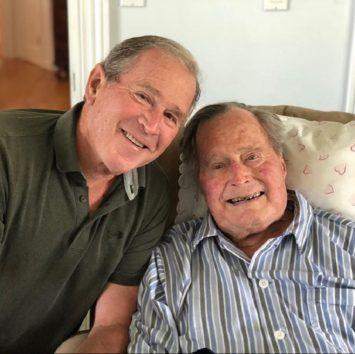 「良い父でした」と語ったジョージ・ブッシュ元大統領(左)。