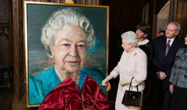 エリザベス女王は50年もこのバッグを大切に使用