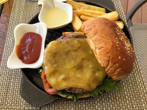 ランチセットのハンバーガー、2人でシェアもOK(Photo by 朝比奈)