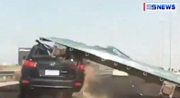 こんなにも大きな道路標識が車に落下