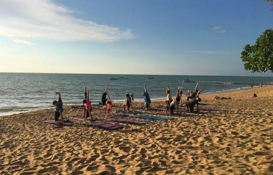 ホテルがビーチで開催する朝と夕のクラスはヨガ、太極拳、ピラティスほか(Photo by 朝比奈)