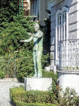 青銅のカラヤン像は意外と小型