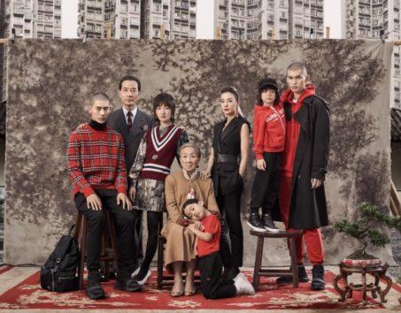 不愛想な家族写真に「気味が悪い」と中国人バッサリ