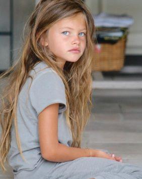この顔にこの表情。モデルとして逸材なのは幼い頃からわかっていた!?