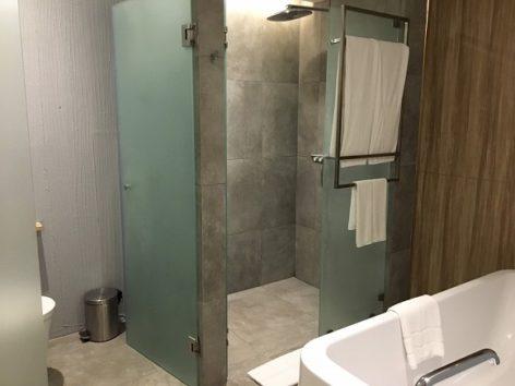 バスルーム バスタブとシャワーブースが別なのが嬉しいです(Photo by 朝比奈)