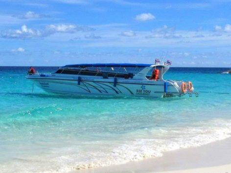 どこのツアー会社のボートもまずこの形です(Photo by 朝比奈)