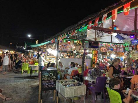 曜日によってナイトマーケットも開催していて賑やかです(Photo by 朝比奈)