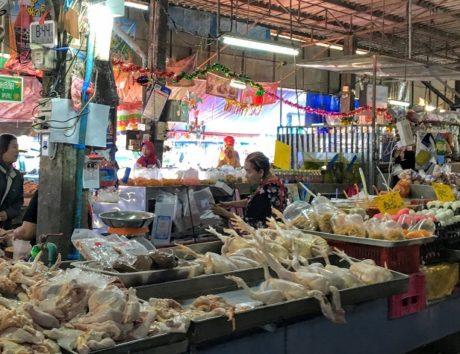 チキンも丸ごと売られています(Photo by 朝比奈)