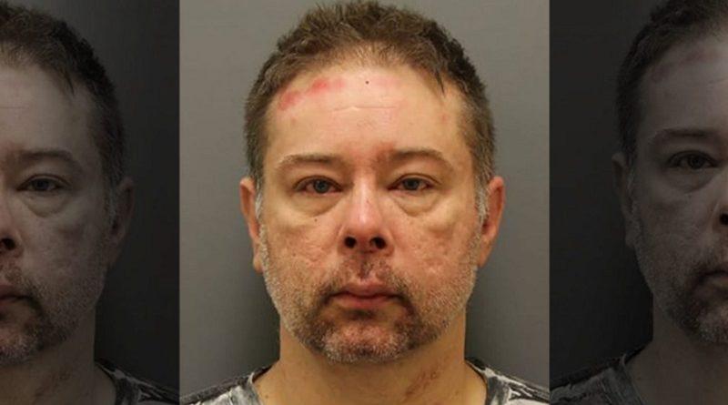 逮捕時に暴れ、警察官の耳をかみちぎった男