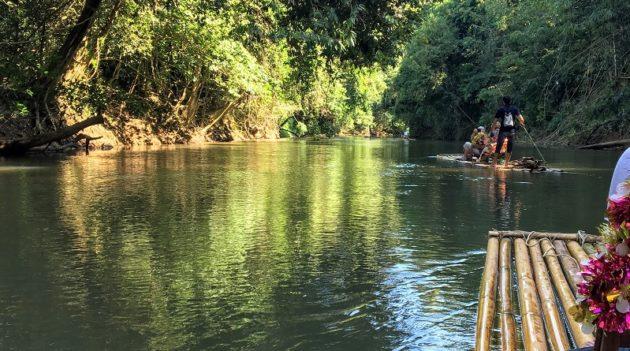 ひたすら静かな川面を揺らす竹の筏(Photo by 朝比奈)