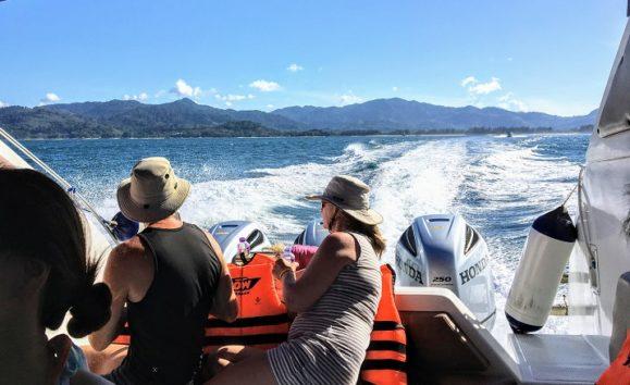大変な速度を出すスピードボート(Photo by 朝比奈)