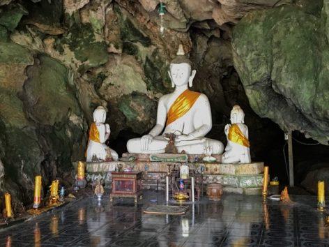 サル寺院の向かい側には洞窟があり、仏様が奉られています(Photo by 朝比奈)