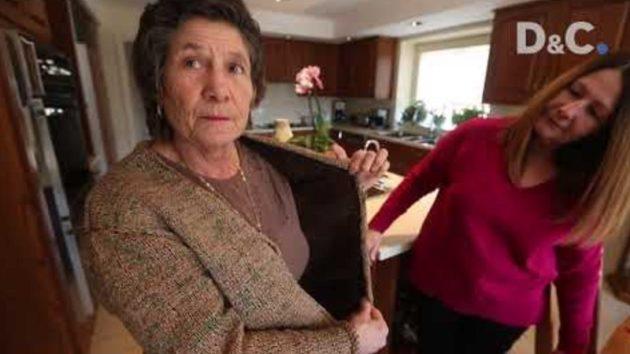 ビニール袋でスーツを編む女性