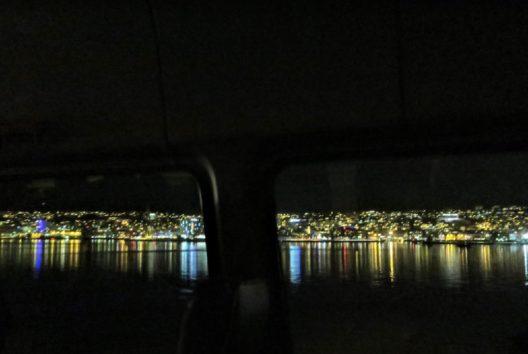 バスから眺める美しいトロムソ島の街灯り(Photo by 朝比奈)