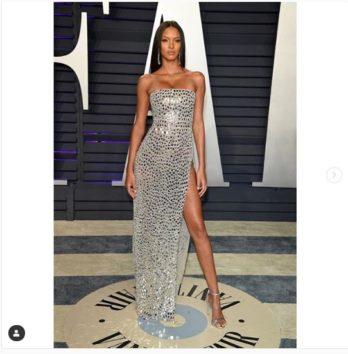 ミラーボールのようなドレスがセレブの間で流行ってるのでしょうか?