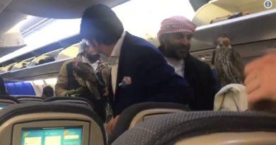 ハヤブサを機内に連れ込む人々、いったいなぜ…!?