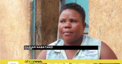 画像:『africannews.』Ugandan woman with sets of twins, triplets and quadruplets