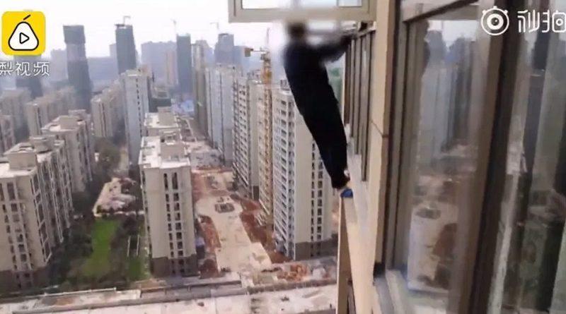 警察に追われてビル外壁をひたすら登った男