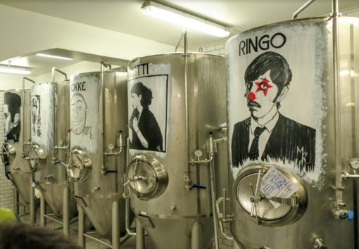 小粋でポップなマック・ビールの醸造所(Photo by 朝比奈)