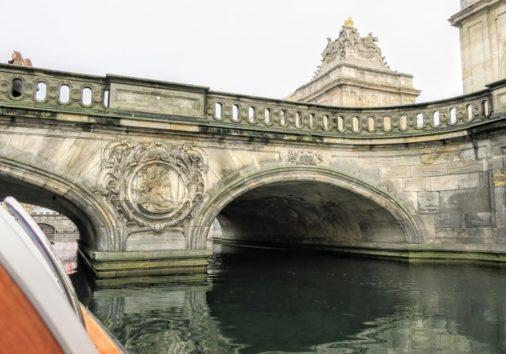 コペンハーゲン最古の橋をくぐります(Photo by 朝比奈)