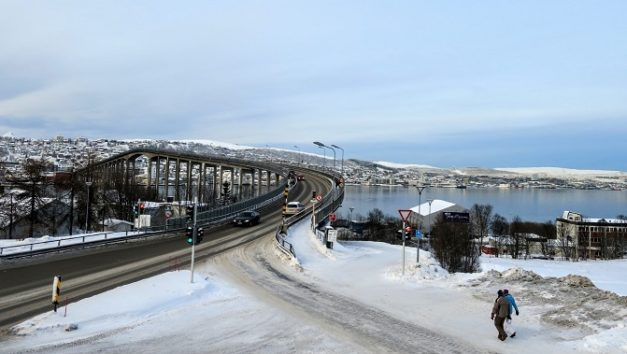 手前がノルウェー本土の北極教会側、あちらがトロムソ島側です(Photo by 朝比奈)