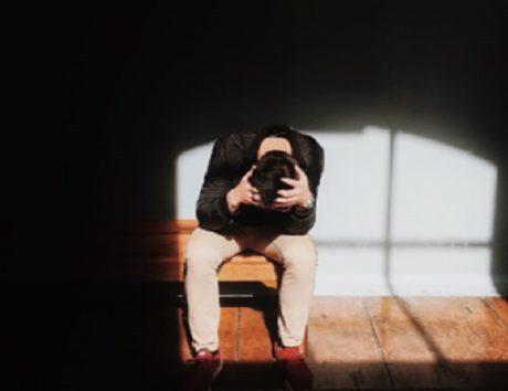 頭痛に苦しんでいた少年。(画像はイメージです)