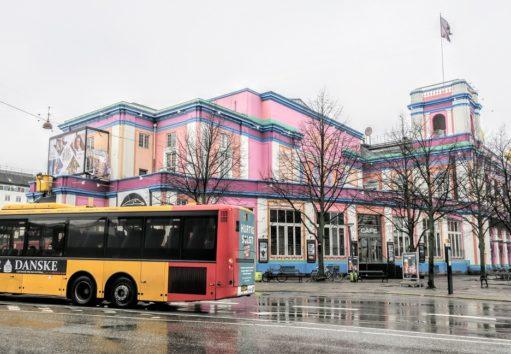 ベスタポート駅の周辺もメルヘンカラー(Photo by 朝比奈)