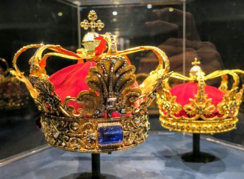 左がクリスチャン5世の冠 右は王妃の冠(Photo by 朝比奈)