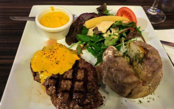 ステーキでしっかりと体力をつけます(Photo by 朝比奈)