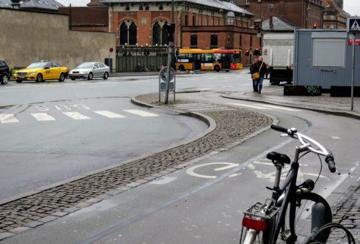 どのような形の道でも、必ず自転車と歩行者のための専用の道があります(Photo by 朝比奈)