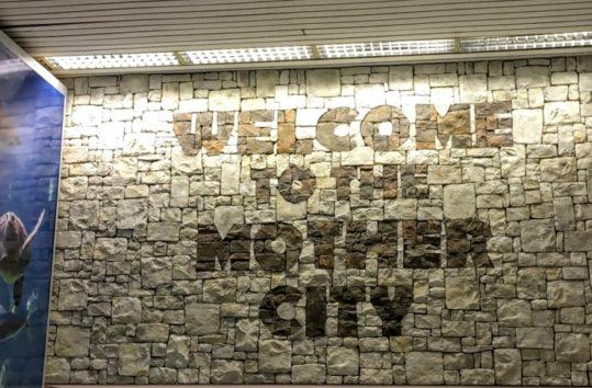 空港には「マザーシティにようこそ!」と(Photo by 朝比奈)