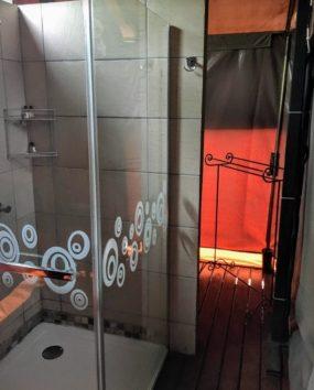 手前がシャワーブース、奥がトイレできれいな洋式トイレです(Photo by 朝比奈)