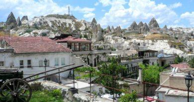 トルコのカッパドキアで洞窟ホテルの庭から(Photo by 佐藤めぐみ)