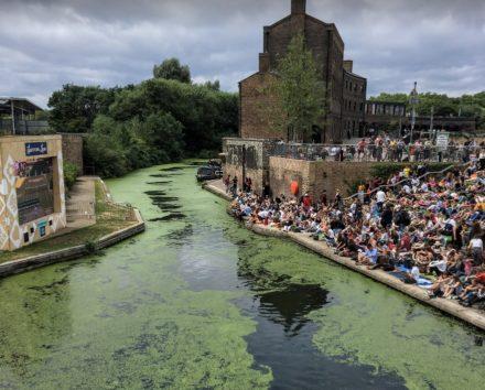 リージェンツ・カナルには人と藻がいっぱい(Photo by 朝比奈)