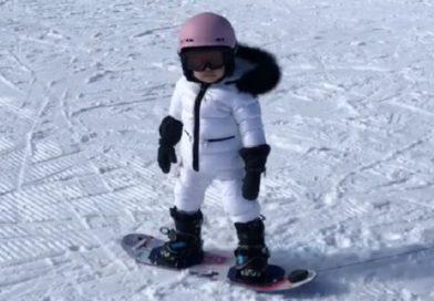 カイリー・ジェンナー1歳10か月の愛娘 初挑戦で見事スノボーを乗りこなす!