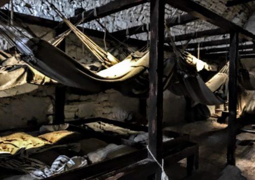 捕虜たちはこのハンモックで寝ていたそう(Photo by 朝比奈)
