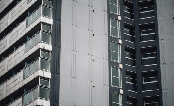 アパートの8階から飛び降りるも母親だけは死にきれず(画像はイメージです)