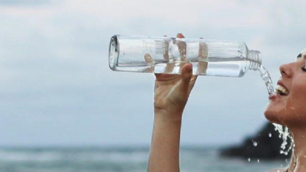 タップリ水を飲むことは健康の基本なのでは…(画像はイメージです)