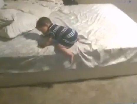 赤ちゃんはベッドから降りたいが(画像はTwitterのスクリーンショット)