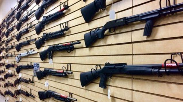 アメリカでは銃の販売店に人々が殺到(画像はイメージです)