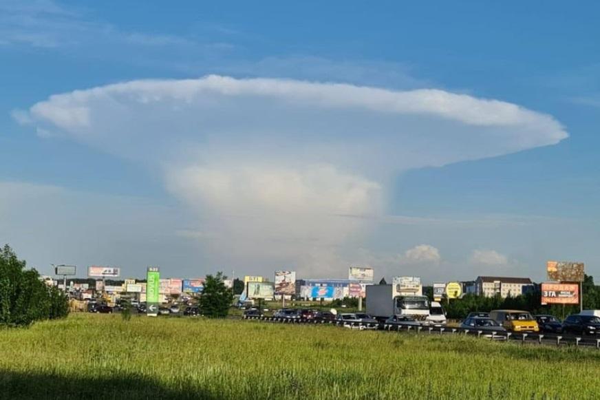 ウクライナ上空に不気味なキノコ雲 画像:@MNS.GOV.UA