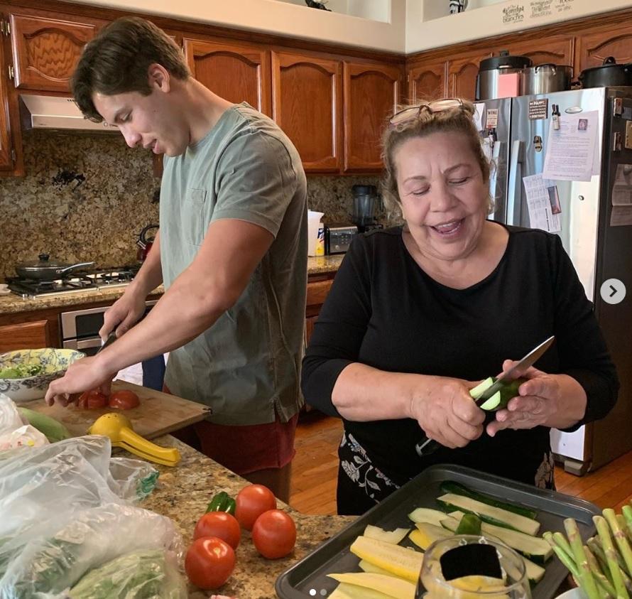 母の日、キッチンでミルドレッドさんに孝行するジョゼフくん