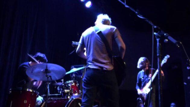海外マジギレ動画 ステージで泥酔ふらふらなドラマーに激怒のギタリストが大暴れ
