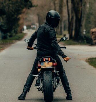 ああ、まさかここでバイクがエンストするなんて… 今なお話題の悲惨すぎる動画